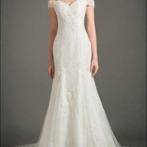 Brautkleid aus Spitze mit Carmen-Ausschnitt