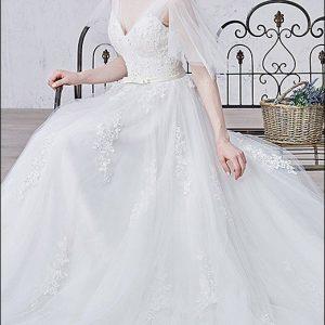 Romantisches Brautkleid mit V-Ausschnitt und Trägern
